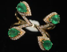 18 kt gold design ring set with emeralds and diamonds size 55–59. NO RESERVE PRICE