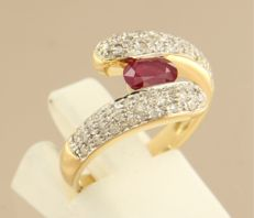 18 kt bicolour gold wavy ring with ruby and brilliant