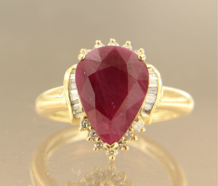 18 kt yellow gold ring set with a tear-shaped ruby, 4 ct in total and brilliant and baguette cut diamonds, 0.30 ct in total ****GEEN RESERVEPRIJS***