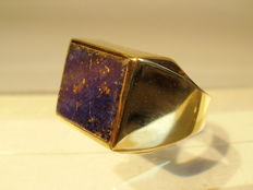 Golden ring with natural lapis lazuli plate of 7 ct from around 1950.