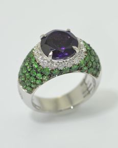 Ring in 18 kt white gold - Round central amethyst - surounded by diamonds - pavé of Tsavorites - size 13.5
