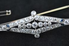 18k/750 White Gold/Platinum Art Deco brooch with 45 Diamonds tot.+/-5.50 ct. & 4 Trapeze cut Sapphires