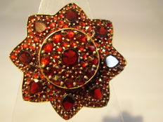 Antique Victorian garnet brooch with table gemstones and rose-cut garnets totalling 10 ct