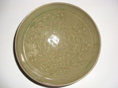 Chinese celadon glazed dark green coloured porcelain bowl with 2 children playing in the flowergarden decoration - 147 x 49 mm