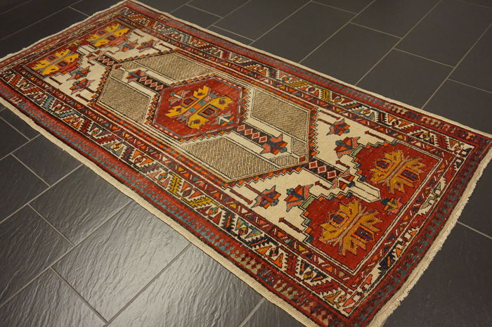 Old Persian carpet Sarab circa 1950, made in Iran 100 x 220 cm, wool on cotton, natural colours