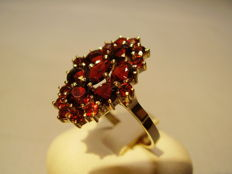 Victorian gold ring with facetted garnets in antique rose cut