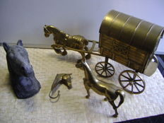 Collection of copper horses and a stone sculpture of a horse head, with a copper horse and covered wagon of 7 kg. and others (4)
