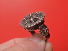 Large size decorated Byzantine/Eastern Orthodox silver-plated ring - Eastern Europe - 16th/17th century