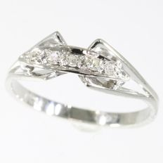 Elegant engagement ring from the fifties with 5 diamonds - NO reserve price !