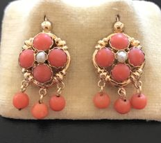 Rare pair of Napoleon III era earrings in 18 kt rose gold, decorated with Mediterranean coral and real pearls