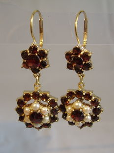 Antique gold earrings in two-part shape with facetted garnets of 6 ct and white pearls