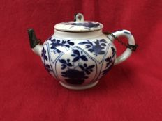 Blue & white teapot - China - ca. 1700 (Kangxi period)