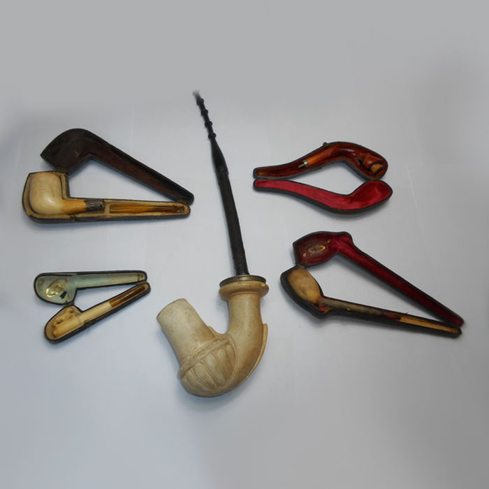 Lot of 4 pipes + 1 cigarette holder, a real meerschaum and amber, in their original leather sheath with velvet interior, 1860-1880. Origin: France.
