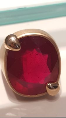 Ring in satinised 18 kt rose gold with 25.88 ct ruby - Size 14
