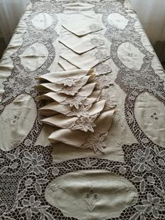 "Italian manufacture - ""Jewel"" tablecloth with 12 napkins made of linen and Burano lace - hand embroidered"