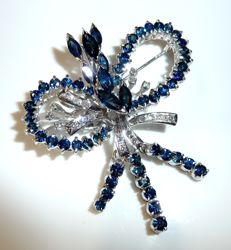 Pendant / brooch 18 kt / 750 white gold 59 natural sapphires + 0.50 ct. Diamonds weighing 15.5 g