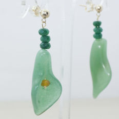 18 kt gold earring of nephrite with emerald and faceted citrine