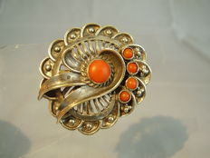 Antique, handmade brooch with genuine Mediterranean coral pieces (Sardegna) of 1.80 ct in total, made around 1928/30