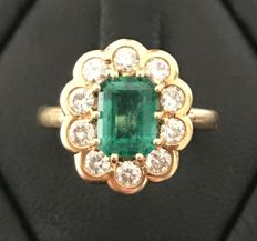 Daisy ring in 18 kt yellow gold with one central emerald (1.15 ct) in an entourage of extra white diamonds (total 0.5 ct)