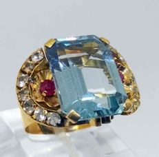 Large 18 kt yellow gold cocktail ring with 8 ct blue topaz