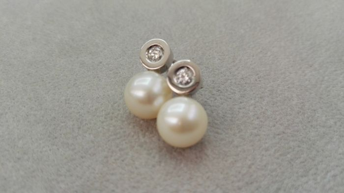 18 kt white gold diamond earrings with 10 mm freshwater cultured pearls