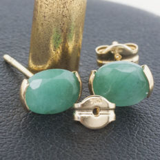 18 kt gold earrings with emerald of 1.2 ct cut and set by hand