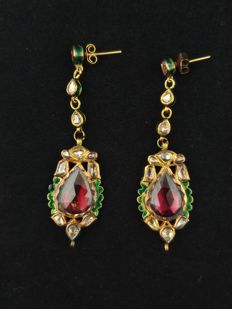 Antique Kundamina earrings in 22 kt gold with pink tourmaline, diamonds, enamel and 24 kt gold setting - India, first half of 20th century