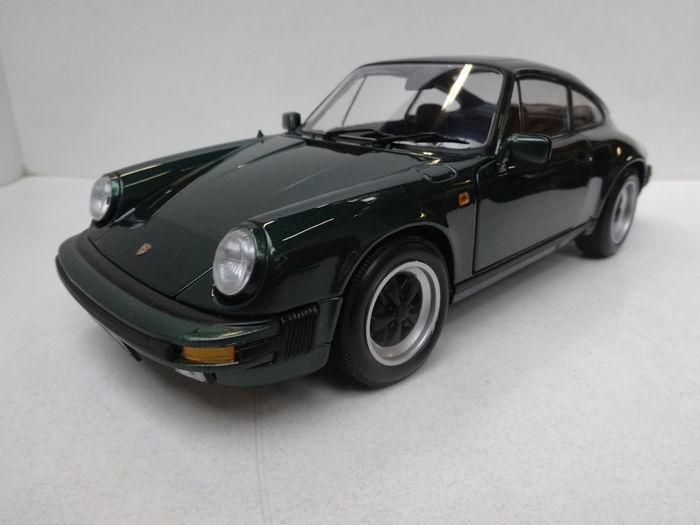 Minichamps - Scale 1/18 - Porsche 911 Carrera Coupé - Green