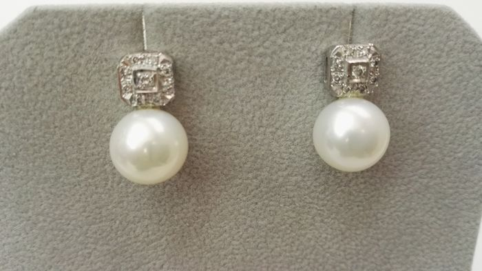 Diamond earrings, freshwater cultured 11 mm pearls and 18 kt white gold
