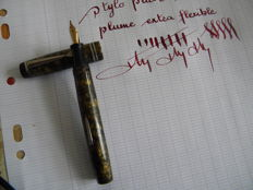 Superb French Art Deco fountain pen of the brand Exact with fine and very flexible original 18 carats gold nib.