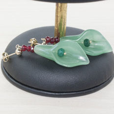 18 kt gold nephrite earrings with ruby and faceted emerald