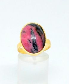 18 kt yellow gold ring with rhodonite - Inner size: 18 mm.