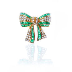 18 kt yellow gold brooch set with 0.45 ct Brilliant diamonds, 0.95 ct Emerald - 2 x 2 cm