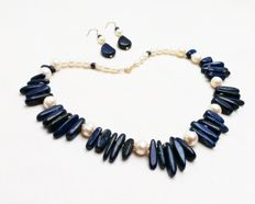 Lapis Lazuli and Pearl: a choker (40cm) and pendant earrings (4cm drop) set in yellow gold.