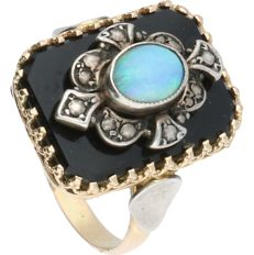 14 kt - Yellow gold ring set with an onyx and a cabochon cut opal set in an elegant silver setting - Ring size: 18 mm
