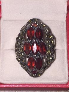 Vintage Sterling silver ring with garnet  and marcasite