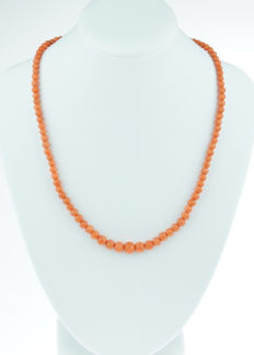 Old Dutch precious coral necklace with 14 kt gold clasp, ascending model, salmon pink beads