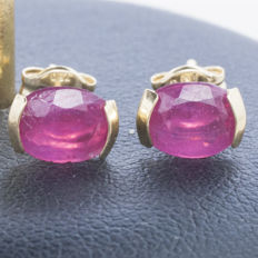 18 kt gold earrings with ruby of 1.2 ct cut and set by hand