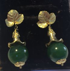 18 kt yellow gold vintage earrings with a nephrite jade and decorated with foliage patterns.