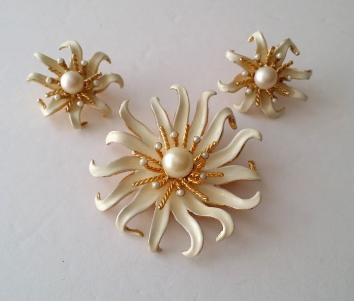 CASTLECLIFF Gold Plated Brooch and Earrings Set