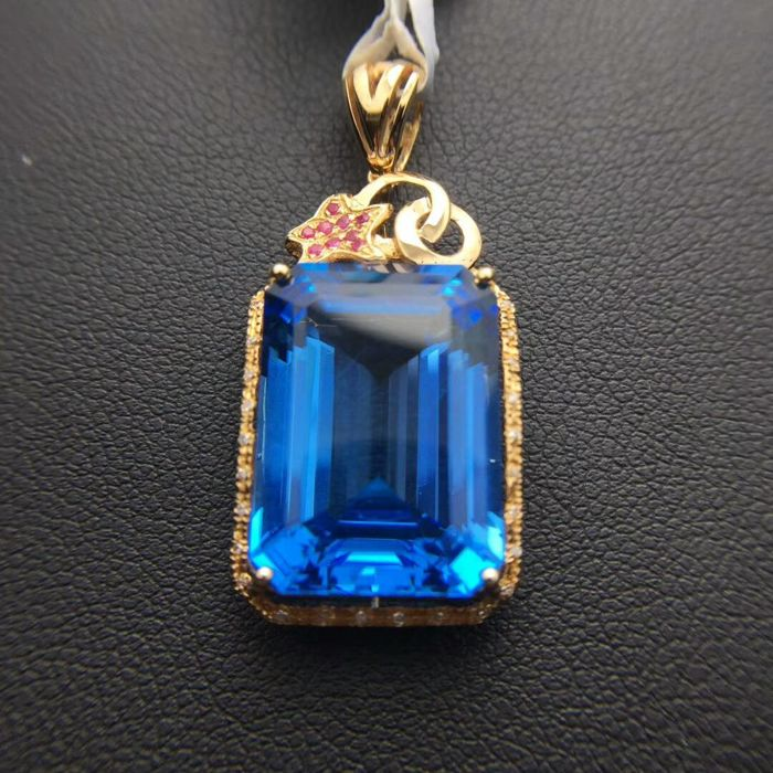 18 KT gold Pendant 1.99G set with 18 ct Topaz and 0.12 ct Diamonds - Topaz length: 18.10mm, width: 13.05mm