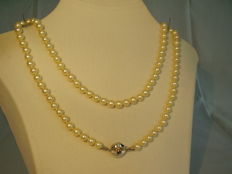 High-quality white Akoya pearl necklace with 14 kt white gold clasp in matinee length NO RESERVE