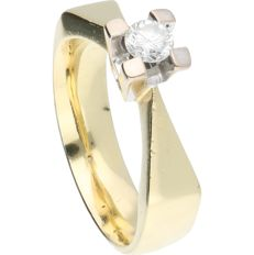 18 kt. - Yellow gold solitaire ring set with a round, brilliant cut diamond of 0.25 ct, in a white gold setting - Ring size: 18 mm
