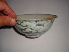 A Chinese blue and white porcelain bowl with flower decoration - 149 x 63 mm