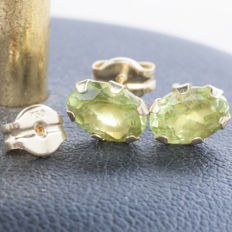18 kt gold earrings with peridot of 1.2 ct cut and set by hand