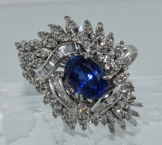 17 kt white gold ring set with a 4 ct sapphire and 3.8 ct of diamonds