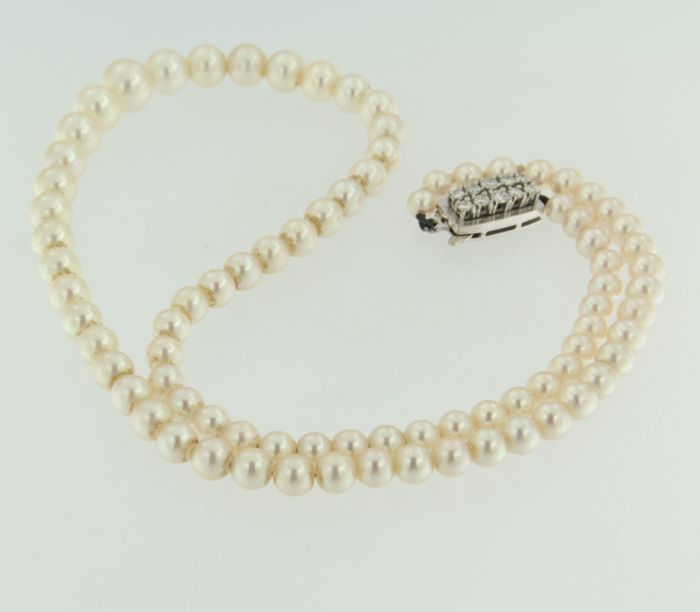 Pearl necklace with an 18 kt white gold clasp set with ten brilliant cut diamonds, 0.48 carat, necklace length 44 cm
