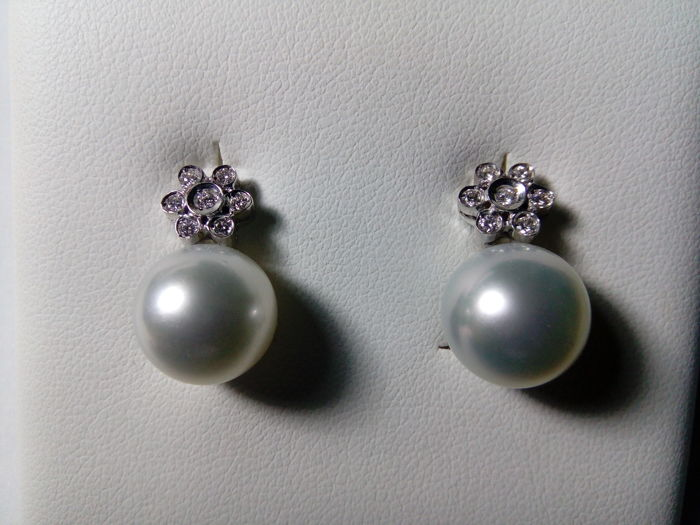 Pair of earrings in 18 kt white gold with Australian pearl and diamonds of 0.23 ct.