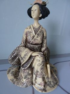Important figurine in resin representing a Japanese in costume