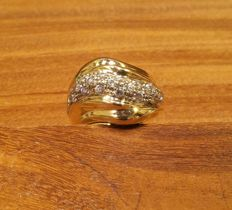 18 kt gold ring with pavé of zircons – Size: 17 mm